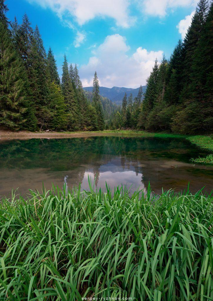 Гірське озеро в Горганах