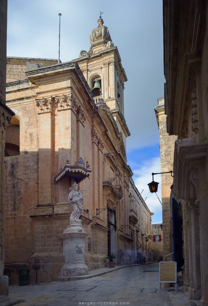 Церква на вулицях старого міста Мдіни