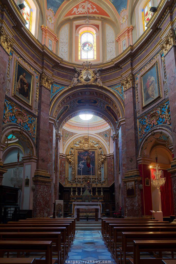 Всередині старого костелу