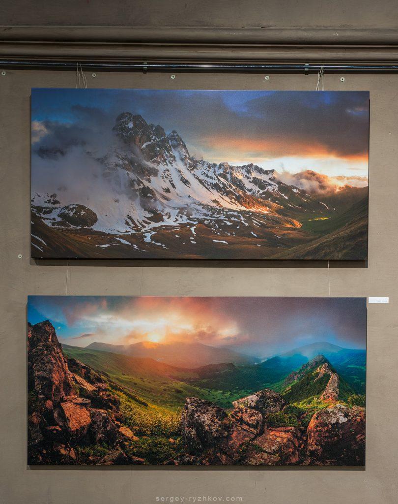 Друковані панорами великого формату із зображенням гірських пейзажів