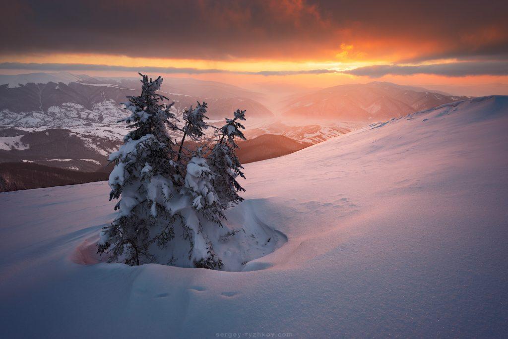 Яскравий захід сонця в зимових Карпатах