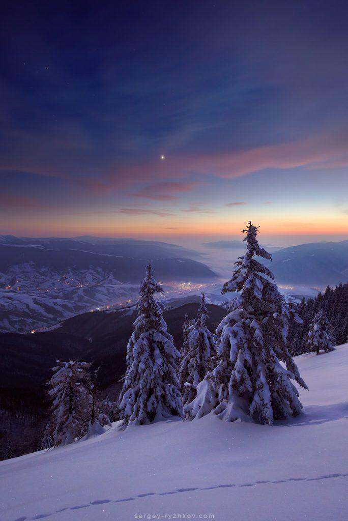 Сутінки зимового вечора в Карпатах