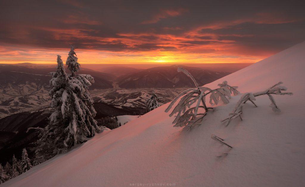 Потужний захід сонця в зимових горах