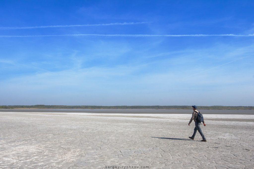 На березі Солоного лиману. На фоні Самарський ліс. 2012 р.
