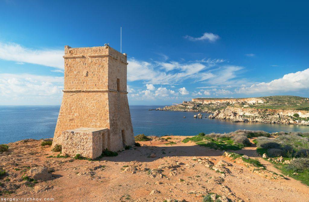 Старовинна фортеця на берегу Середземного моря