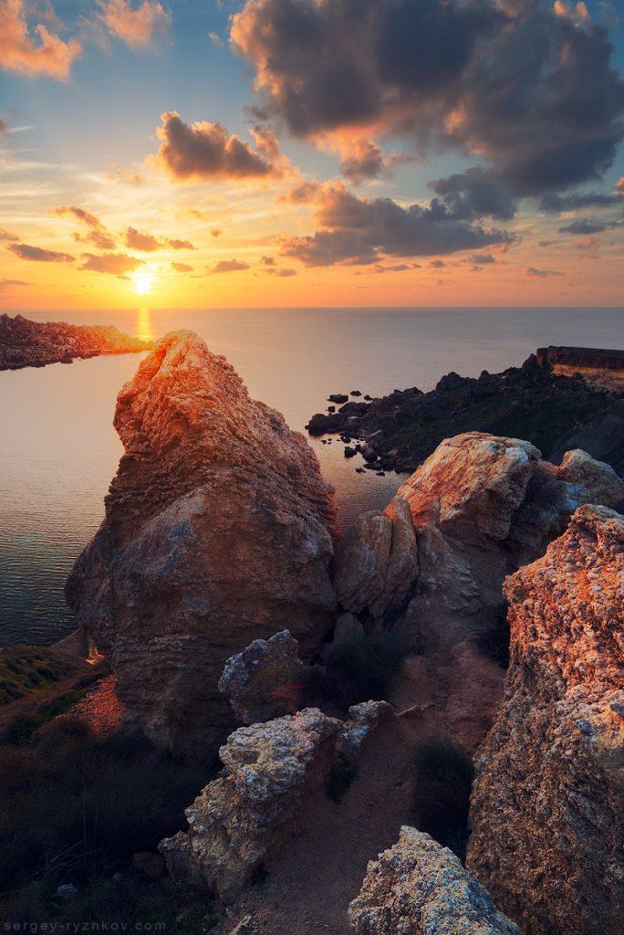 Захід сонця та скелі