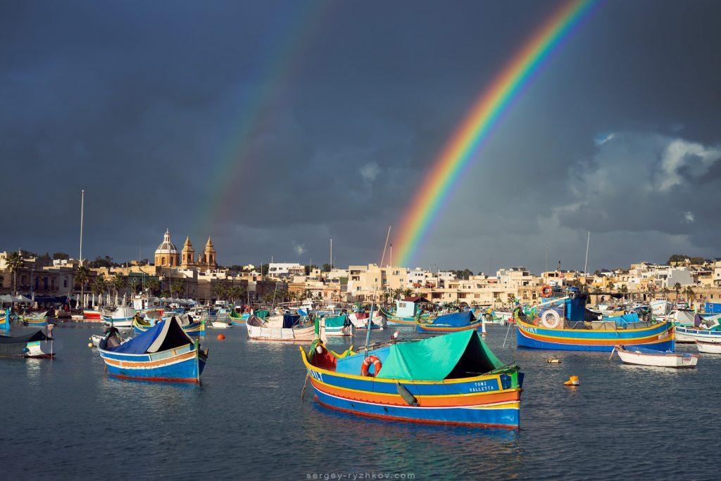 Веселка над риболовецьким містечком на Середземномор'ї