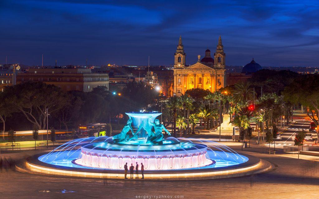 Нічний вид на фонтан та мальтійске місто