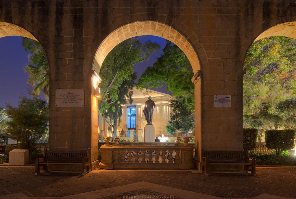 Ніч в сквері старого міста