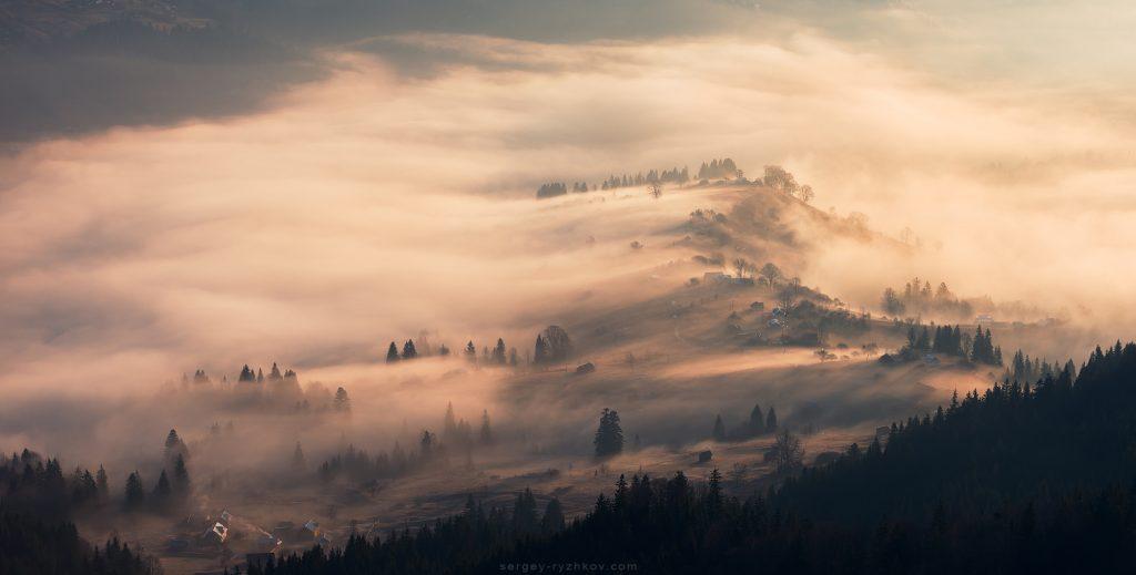 Вранішній туман у гірському гуцульському селі