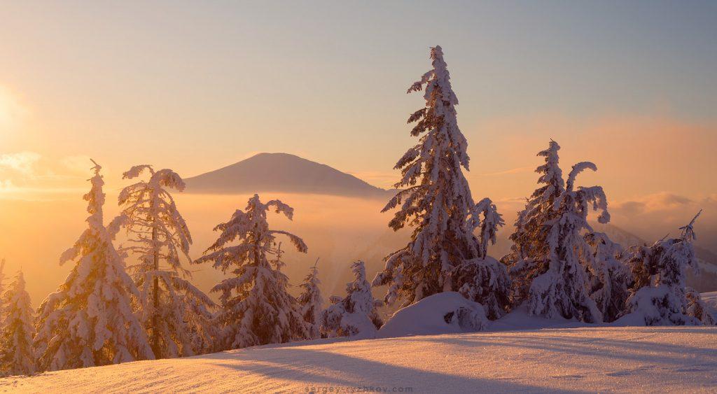 Зимовий вид на гору Стримба на світанку