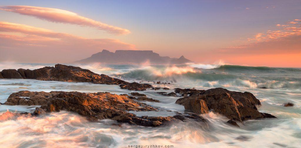 Вечір на пляжі Блоуберг за видом на Столову гору (Table Mountain)