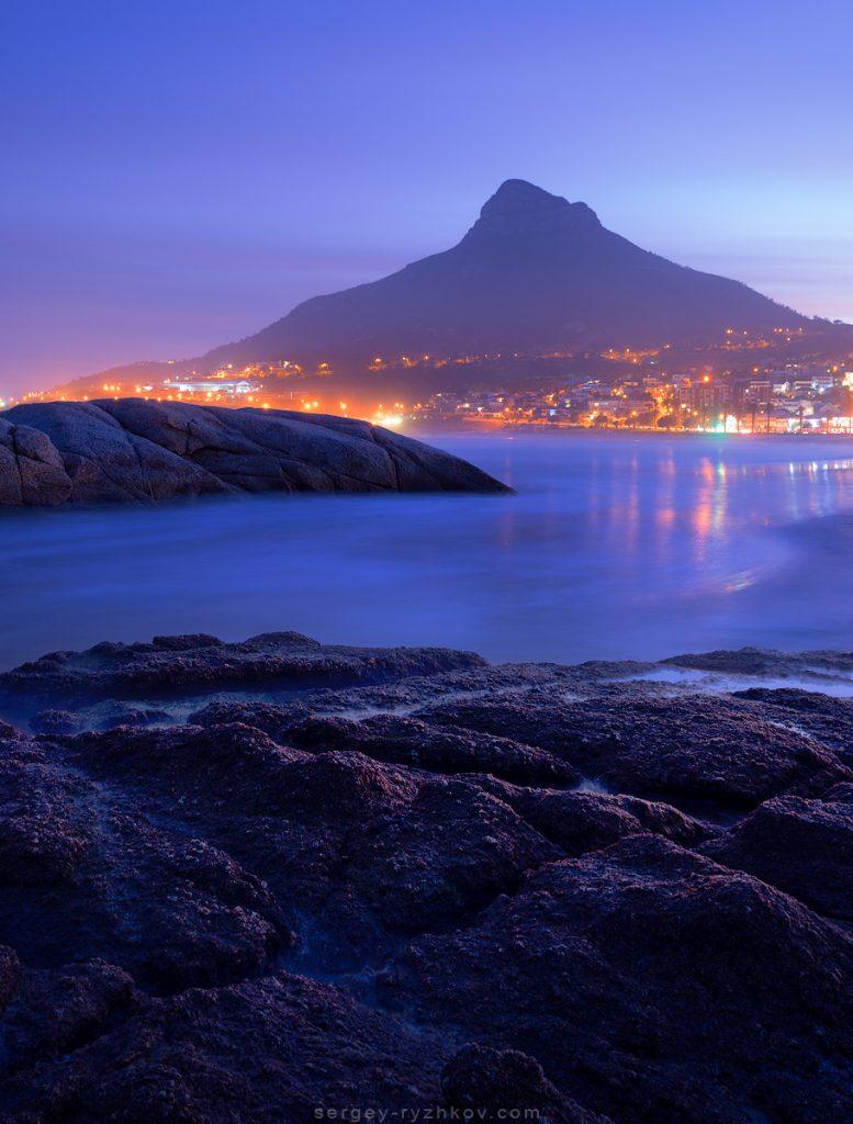 Вид на гору Лайонсхед з пляжу у ранкових сутінках