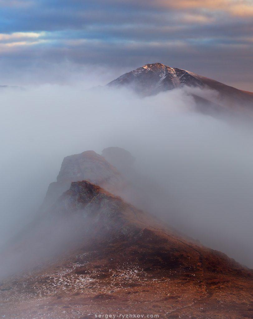 Гора Інеу виринає з хмар