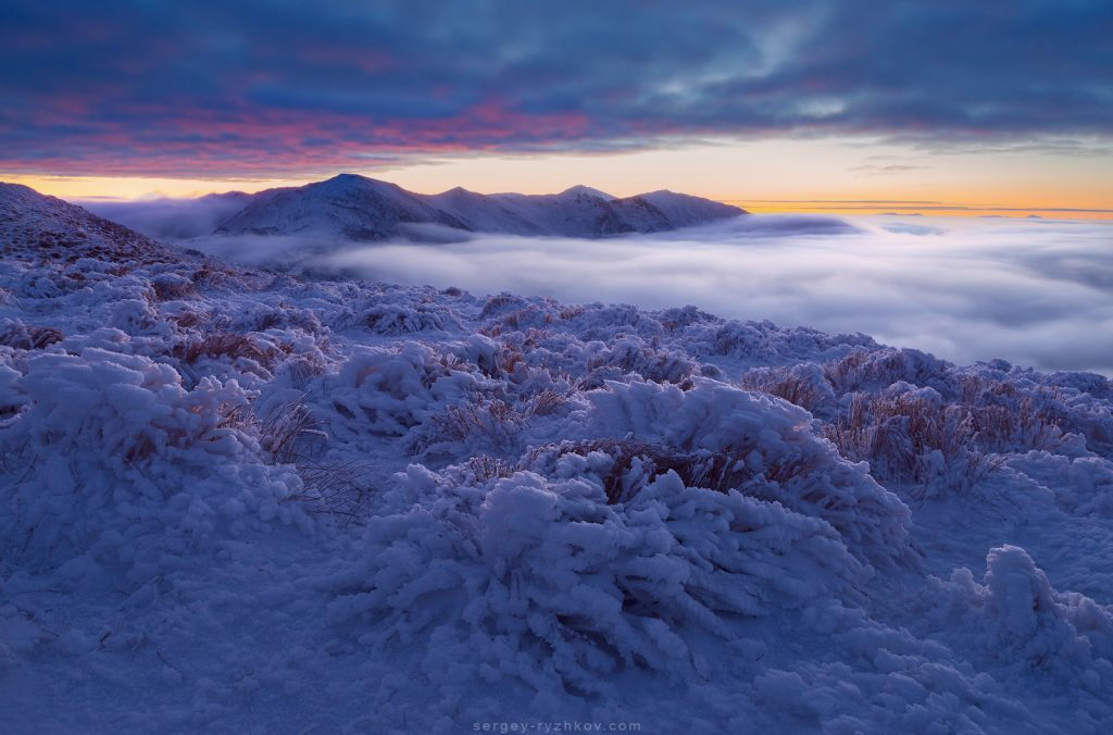 Морозний ранок з туманом та палаючим небом