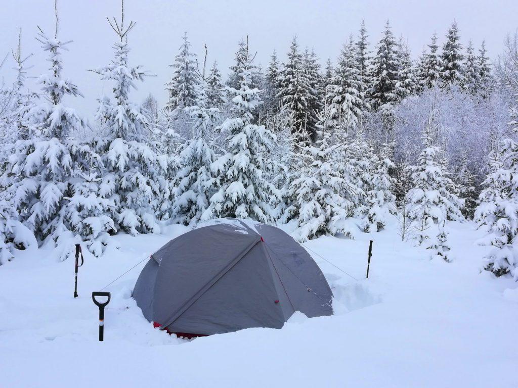 6. Зимовий табір. Намет в снігу