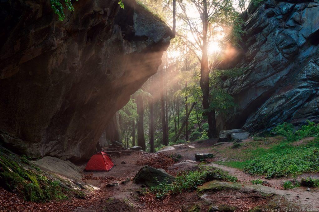 Намет під скелями в променях сонця