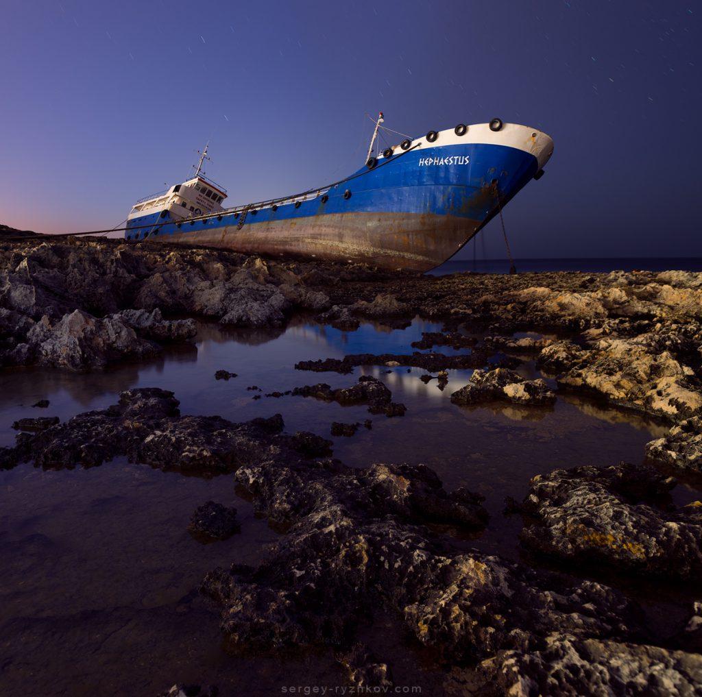 """Корабаль """"Гефест"""", викинутий на берег штормом"""
