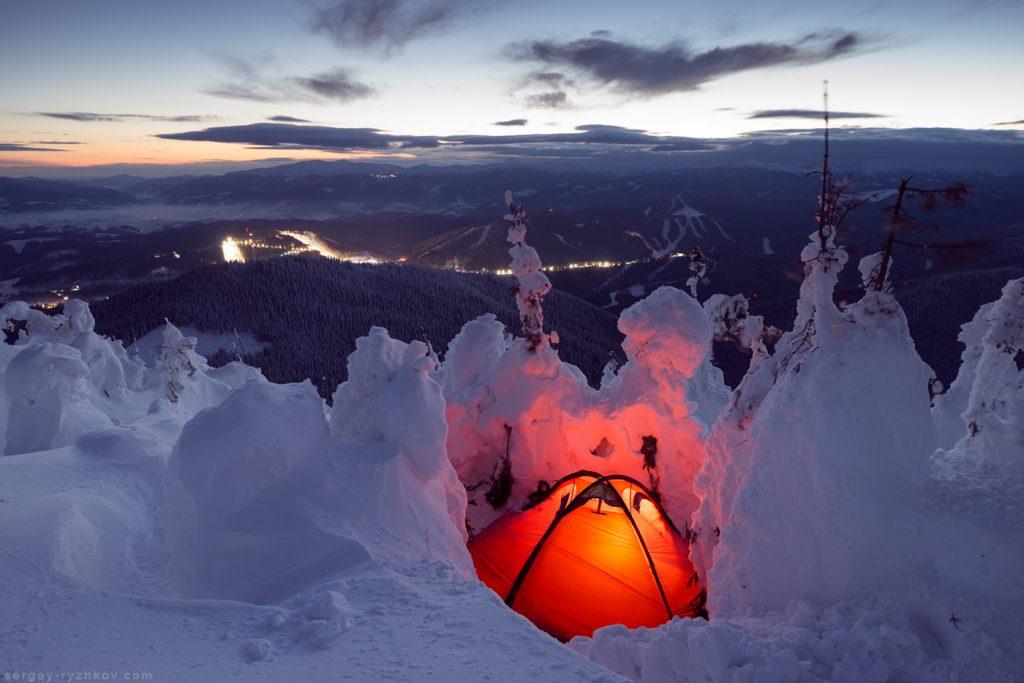 Червоний намет в зимових горах