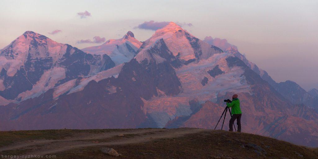 Ельвіра фотографує Кавказькі гори на заході сонця