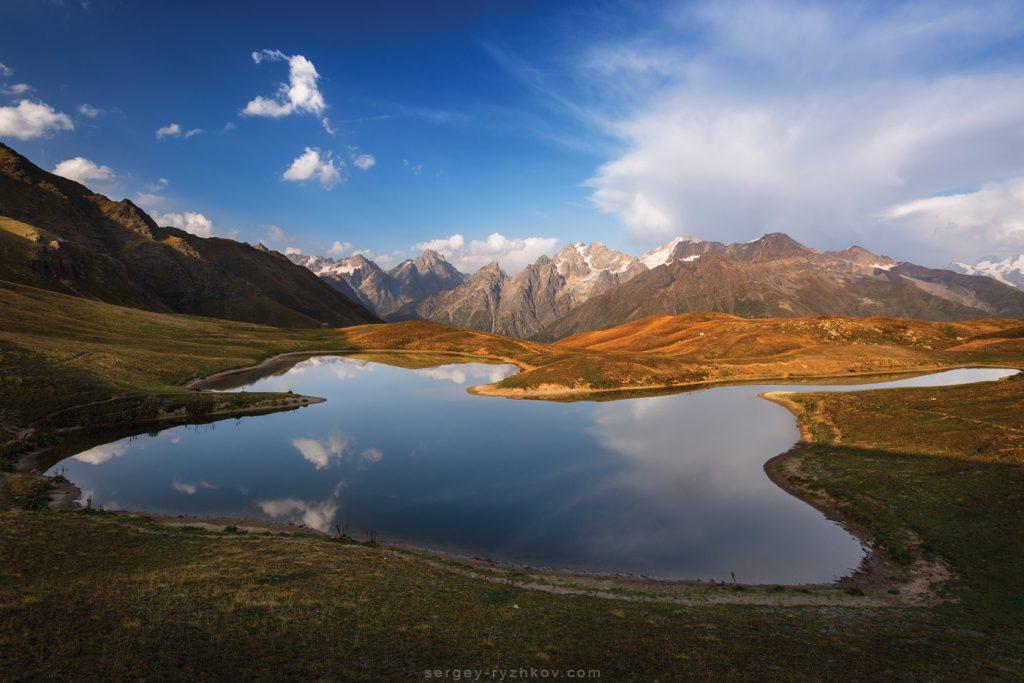 Гірське озеро в Кавказьких горах