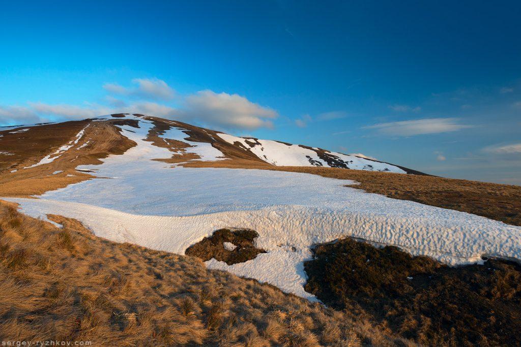 Плями снігу на гірському хребті