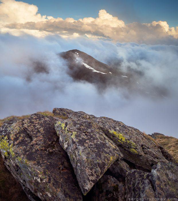 Гора виринає з-поміж хмар