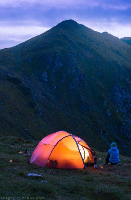 Табір в Карпатських горах вночі