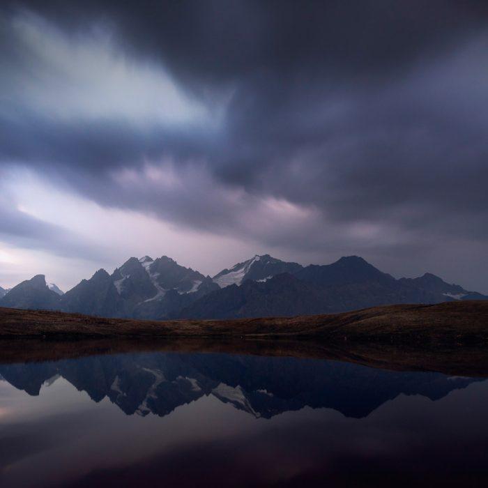 Хмарне небо над Кавказькими горами в Грузії