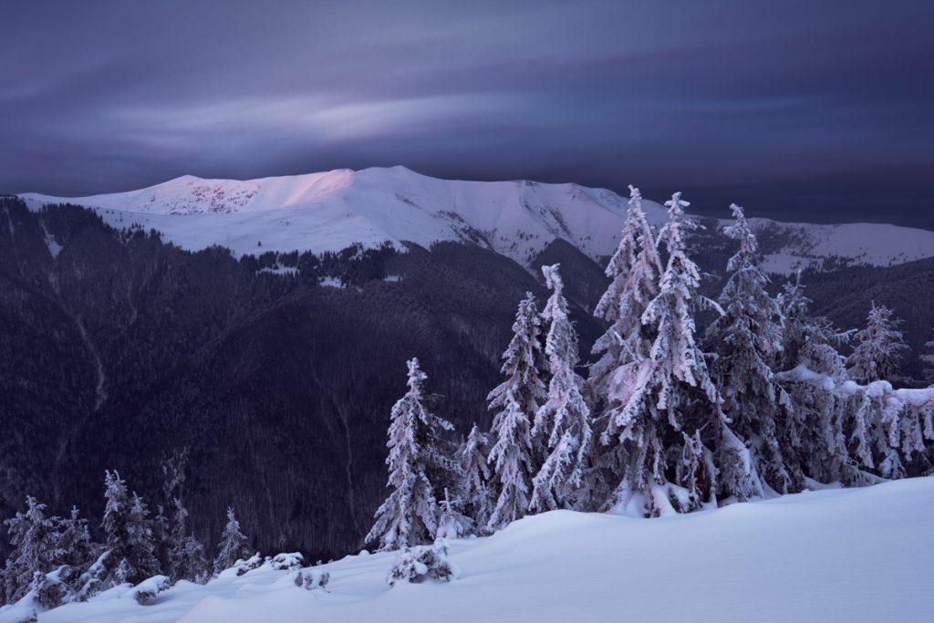 Похмура погода в зимових Карпатах