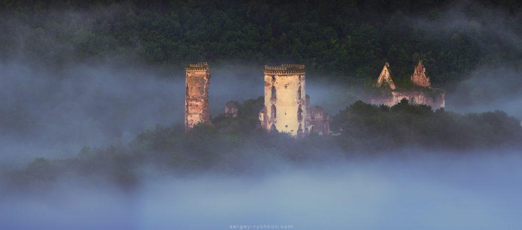 Руїни замку в тумані
