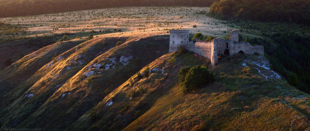 Руїни старого замку на пагорбі