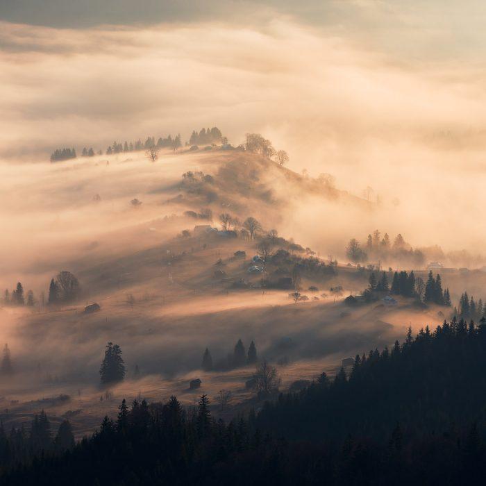 Туман стелиться гірською долиною