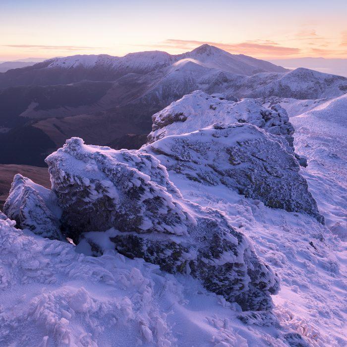 Скелі в снігу на Родні