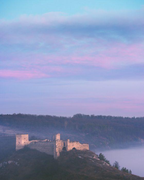 Сутінкове небо над руїнами замку на Тернопільщині