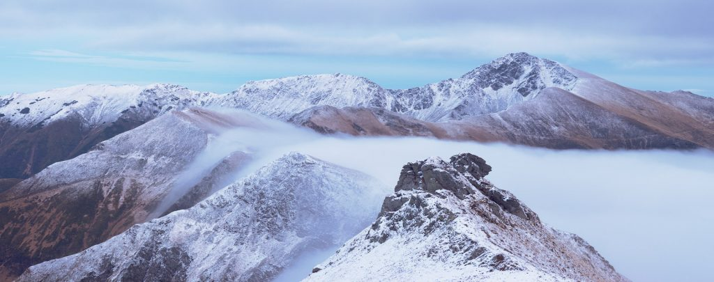 Гірський хребет у Карпатах з першим снігом