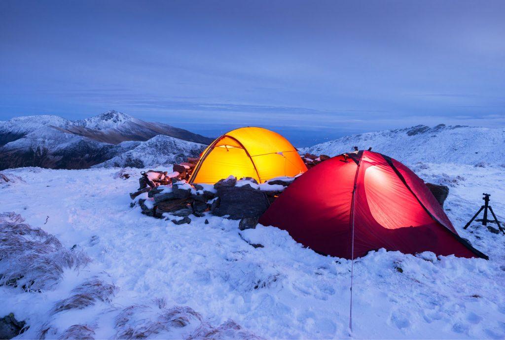 Намети вночі в зимових горах