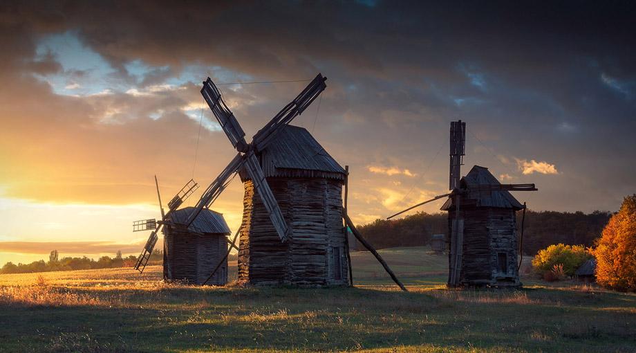 Фото старих вітряків у музеї Пирогів в Києві