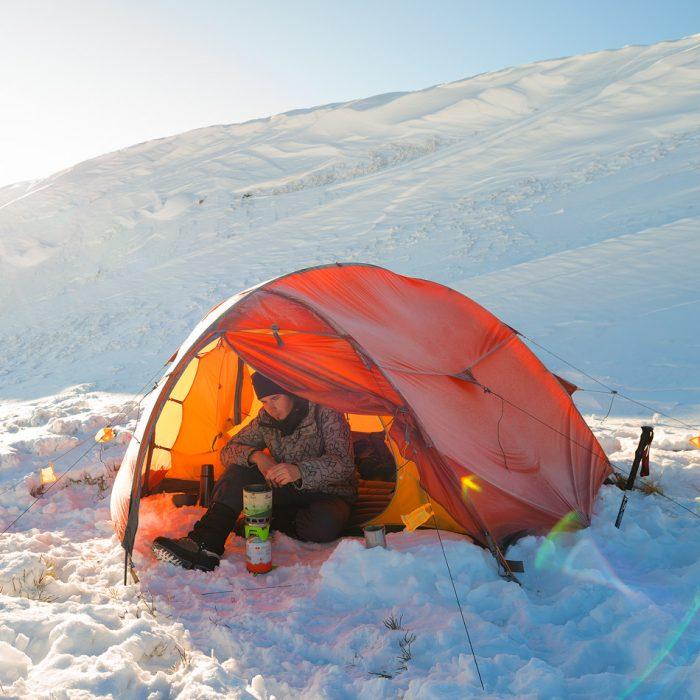 Табір в зимових Карпатах
